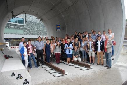 """Ein Tunnel verbindet: 18 Jugendliche aus aller Welt und 34 Erwachsene trafen sich zum 2. Luzerner """"Family-Day"""" im Verkehrshaus."""
