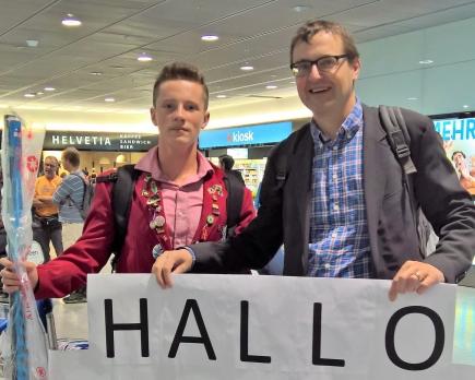 Unser Austauschschüler Bradyn aus Kanada mit Gastvater Pius Arnold bei seiner Ankunft am Flughafen Zürich-Kloten